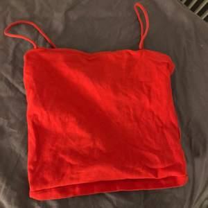 Rött linne som är ifrån Gina tricot💓 strl xs. Frakt 📦: 24kr