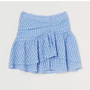 SÖKER!! Skriv gärna om ni vill sälja den populära blåa hm kjolen💕💕💕 storlek 34 eller 36