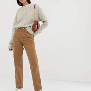 Säljer dessa fina weekday jeans pga att dom är för korta. Är i storlek 24/32 och är lite för kort för mig (170cm). Dom är i färg Camel, som inte längre finns i affär, och i modellen Row. Finns inget slit och har använts få gånger pga dom inte passar. Kontakta för bilder 💞