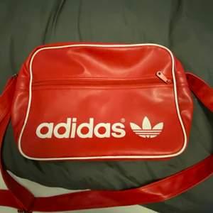 Röd adidas väska. Helt ny. Säljer pga att den inte används.