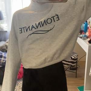 Jättefin varm tröja från hm med en liten krage, använd cirka 5 ggr men säljer pga förliten🤍