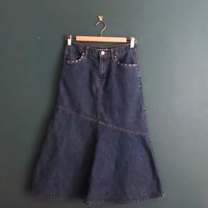 Supersöt långkjol i jeans! Sitter lågmidjad på mig och jag har storlek xs! Kjolen känns väldigt y2k med små diamantstenar vid fickorna!