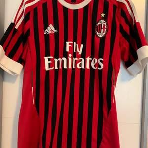 Säljer denna AC Milan tröjan jag fick pga. använder aldrig. Den är i storlek S. Tröjan är använd 1-2 gånger och är i toppen skick!! Köparen står för frakten💕