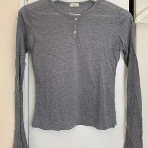 Säljer en grå tunn tröja från Brandy Melville/ John Galt. Har otroligt mjuk material. Storlek: One size. Färg: grå.