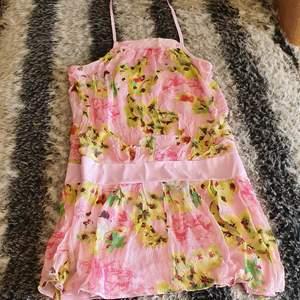 Säljer min söt blommiga summer klänning. I mycket bra skick och passar från s_ .jätte mysig och gulig till summer. Sitter jätte fint på kroppen. Finns fler bilder.
