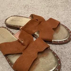 Säljer ett par bruna sandaler i 41!! Skulle säga att dessa funkar för 39/40 också. Skriv för fler frågor och bilder!!