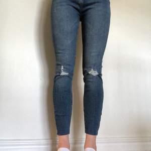Jättefina jeans med hög midja och lite hål på knäna. Aldrig använt dem för jag tycker de var lite korta på mig som är 170 cm (köparen står för frakt)💓💓