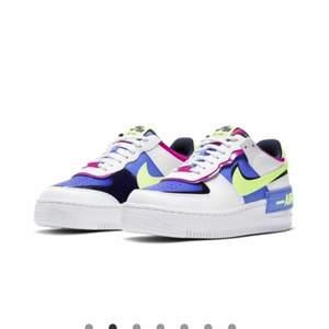 INTRESSEKOLL på dessa fina skor 💖 köpt för något år sedan men är knappt använda. köpta för 1300. Kom med förslag på bud 💘 skulle säga att de är lite små i storleken. Kan sälja direkt för 1000 plus frakt
