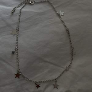 Säljer denna superfina halsbandet med stjärnor. Aldrig använt. Pris kan diskuteras vid snabb affär 💗💗