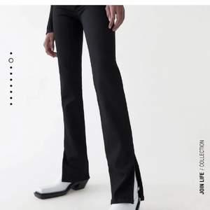 Det populära Slit pants från Zara säljer jag!  Säljer det då jag köpte dubbelt par av dem och därför bara använda en gång! Perfekt skick 💞
