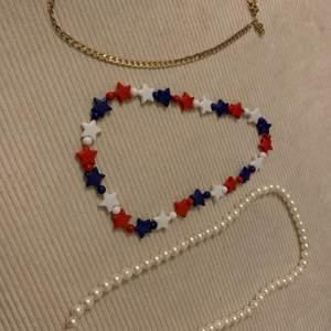 Tre söta halsband 30kr styck , frakt 24kr , köp alla för 50kr plus frakt