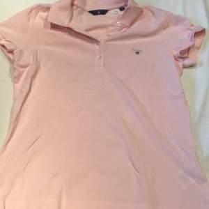 Rosa skjorta i märket Gant. Den är äkta! Har aldrig andvänt den då de ej är min stil! Säljer den för bra pris