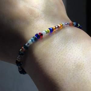 Säljer detta armbandet med flera små stenar i olika färger