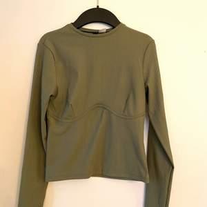 """En superfin tröja med """"underwire"""" detalj nedanför brösten. Bra skick, endast använd ett fåtal gånger."""