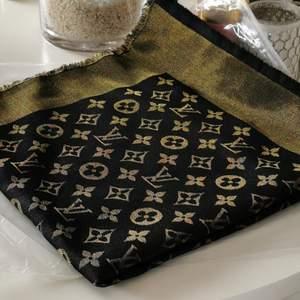 Helt ny i förpackning, guld/svart. Hämtas i Norrtälje annars står köpare för frakt ☺️ Ej äkta.