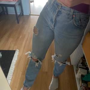 Säljer dess populära ljusblå jeansen, Levis 501 med hål. Säljer pga att de tyvärr blivit för små❤️ nypris ca 1200kr