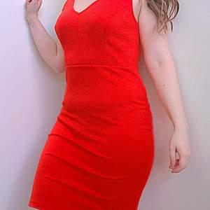En röd vacker cocktail dress som är i fint skick😊