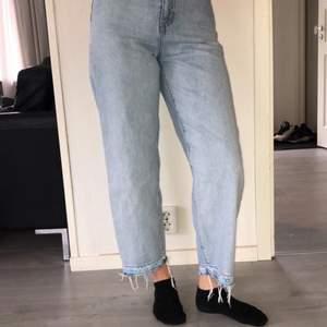 Säljer dessa byxor som jag köpte men inte kom till användning. Köpte dom för 1200 och säljer för 300. Frakten är 62kr och modellen på bilden är 175. DMa om ni är intresserade🙌🏽