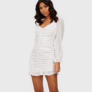 Vit fin klänning från Nelly.com som passar perfekt till skolavslutning eller student. Formar kroppen väldigt fint och är inte alls genomskinlig.   Helt ny, prislapp sitter kvar. Säljer denna pga att det är för sent för att skicka tillbaka!  Storlek 34, ganska stretchigt material.