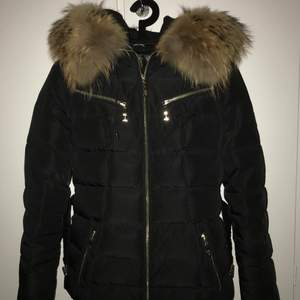 En HOLLIES vinterjacka som är sparsam använd. Mycket fint skick. Jackan har äkta, stor pälskrage och avtagbart bälte. Är mellanlång i modell. Leopardmönstrat innertyg. Hämtas upp i Hässelby Gård, Stockholm. Betalas med swish.