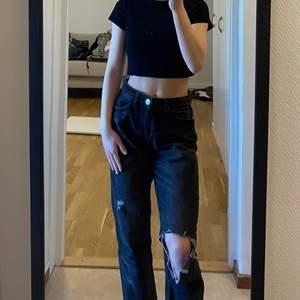 Svarta straightleg jeans. Knäpps med knappar upp till. Köparen står för frakten☺️