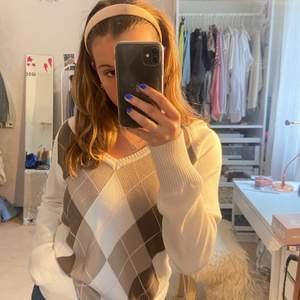 Säljer sötaste tröjan då den tyvärr inte används lika mycket som jag önskar😫 Storlek L men sitter såå snyggt oversize på mig som är en S/M. Köptes secondhand!