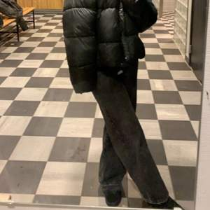 Säljer mina favorit jeans, gråa svarta som tyvärr blivit förstora, stl 40 men passar 42 också! Ja har vanligt vis 38 och de är lite stora på mig! Pris kan diskuteras, bra skick! Nypris 599