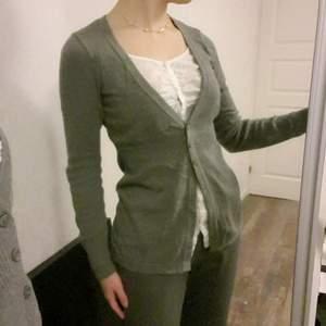 Fin tröja som liknar det Bella Swan har på sig i Twilight, det är inte en hel skjorta innanför men den är fastsydd <3 så söt till blåa jeans och crossbody bag!