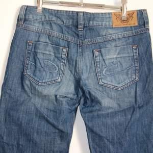 Säljer mina fina lågmidjade jeans från Esprit, då dom inte kommer till användning! Dom är i mycket gott skick och varsamt använda. Jeansen är lågmidjade och bootcut. Storleken är 31/30, men dom är små i storleken. Midjemåttet är 84 cm och innerbenslängden är 76 cm. (Sista bilden är från sellpy)