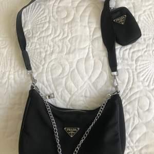 en PRADA väska, som jag använt en gång å säljer för 1000kr.