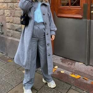 (Inte mina bilder) Säljer dessa grå byxor då dom inte riktigt passar mig, använda en gång så är som nya! Skriv gärna för fler bilder🤍 storlek 38 väldigt tajta i midjan så skulle säga att de passar 36 också, 250+frakt