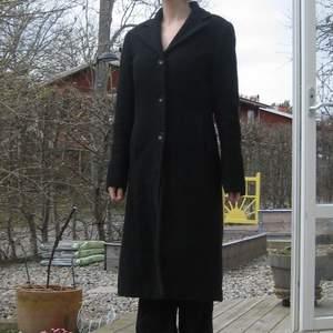 En svart basic kappa i bra skick från VILA i st S. Köparen står själv för frakt eller så möts vi upp i Sthlm🌹