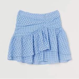 Säljer denna populära å slutsålda kjol från hm, helt ny!! Nypris 400kr, tar emot bud från 200kr + frakt💙 skulle säga att den är lite liten i storlek och passar mig som normalt har 36/38 i byxor. Lägger ut igen pga. oseriös köpare!! BUD PÅ: 300kr+ frakt💘