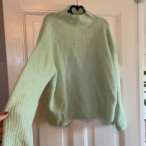 Stickad tröja från Gina tricot i en superfin somrig turkos färg! Knappt använd, frakt tillkommer