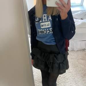 Superfin volang kjol i konstläder, storlek xs men passar även s (den är ganska stretchig)🖤🖤