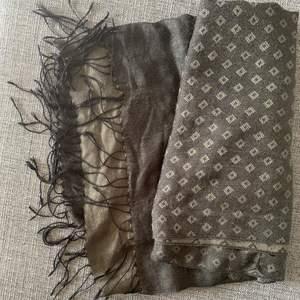 Svart sjal med mörkgrått mönster i fint skick ✨