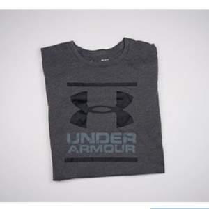 Grå t-shirt från Under Armour i storlek M. I bra skick. Se fler trendiga träningskläder på vår Instagram @oak_uf!