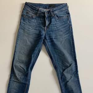2 år gamla ToS Jeans i strl waist 27 och leg 32 i modellen Slight. Vacker blå tvätt med passform som följer benen. Mediumlåga i midjan. Lite använda. Säljer pga att de är för små för mig. Nypris ca 1 700kr