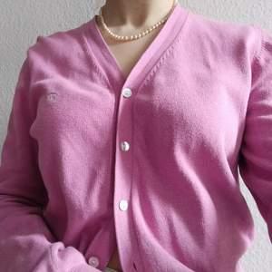✨Superfin Rosa Kofta✨från märket PARK LANE i storlek S. Den är använd men i fint skick. Säljs då den tyvärr inte kommer till användning längre. Säljer en en till likadan kofta i brun på min profil.