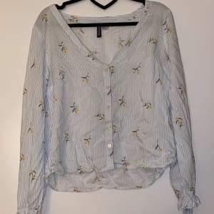 Säljer denna superfina sommar skjortan/blusen ifrån H&M. Aldrig använd och är i storleken 38 (M)