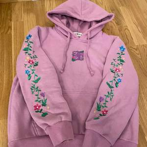 Jättefin och snygg mysig lila hoodie med broderat blom-mönster på armarna och broderad logga i mitten. Köpt från shirtz.cool, änvänt 2 gånger och ser helt ny ut. Köptes för 490kr, säljer för 350kr + frakt 💜