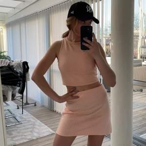 Set med, kort topp i storlek s och kjolen är i storlek m, från PULL&BEAR 💞💕