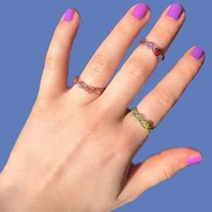 Egengjorda ringar i olika färger! 20kr styck, 50kr styck eller 6 stycken för 100kr! Priserna går dock alltid att diskutera🧡