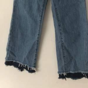 Blå högmidjade jeans! Super snygga till sommaren med en enkel T-shirt och Sneckers! Storlek W24