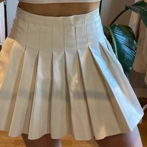 """Buda i kommentarerna - start 100kr! (Öka med minst 10kr) Super fin """"tennis skirt"""" kjol i storlek XS/S🥰 sitter som en smeck men säljer för den inte kommer till användning❤️ kjolen är endast använd 1 gång och är i fakeläder❤️"""
