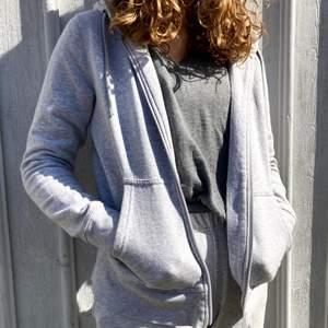 Grå munkjacka med blixtlås köpt från Åhléns. Storlek S, har använts ett fåtal gånger men ser ny ut. Märket är PineRidge. Insidan är mjuk och varm.