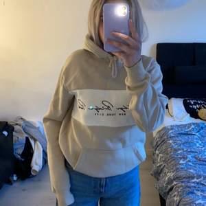 En skitsnygg hoodie köpt från hm sen innan, säljer pga att den inte används längre. Den är i storlek XS men sitter perfekt på mig som har storlek S💘💘💘