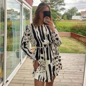 Härligaste klänningen från Ivyrevel storlek 36 men V öppen rygg, aldrig använd! Frakt tillkommer💕😌