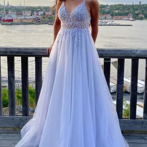 Klänningen är från Rever design i storlek 34-36 säljes för 2500 kr