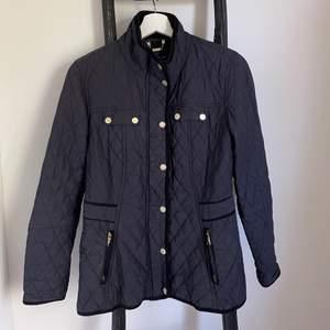 Finare jacka från märkte Stockhlm. Inköpt på MQ. Fint skick. Jackan är varm och jag har även haft tjockare tröjor under som passar bra. Orginal pris 1099:-